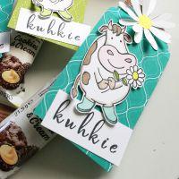 kekse verpackt in Designerpapier bermudablau