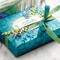 geschenkverpackung mit designerpapier pfauenpracht